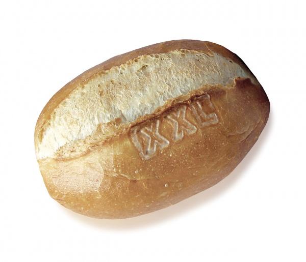 Panecillo elaborado con harina de trigo, de forma ovalada y de tamaño XXL. Su miga es esponjosa y su corteza crujiente. Ideal para un gran bocadillo.