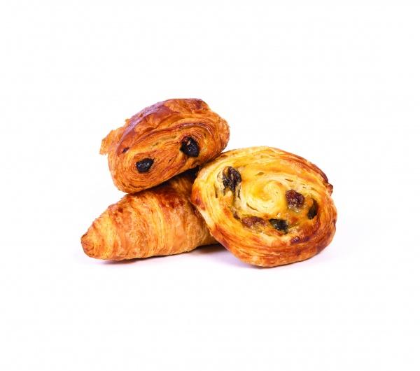 Mini croissant de 25gr con 24% de mantequilla, mini pain au chocolat de 25gr de 22% de mantequilla y mini caracola con pasas de 30gr con 13,5% de mantequilla.