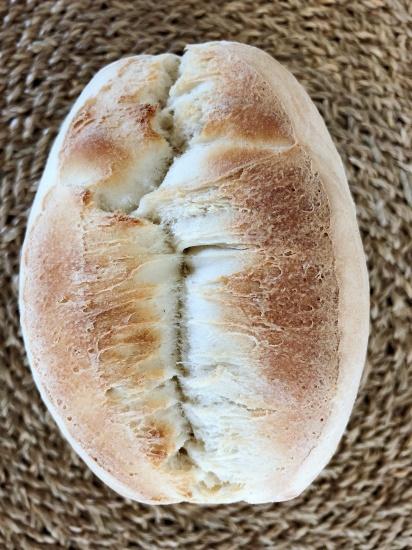 Panecillo ovalado de corteza consistente y tierna miga característico de la panaderia mallorquina. Ideal para bocadillos.