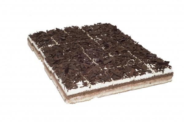 Bizcocho de cacao relleno de crema mousse sabor nata y emborrachado con jarabe de cereza, decorado con gel de chocolate y viruta de chocolate negro, estructura de producto tipo sándwich.
