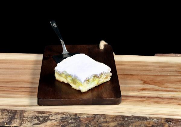 Feine Sandkuchenmasse mit frischen Äpfeln belegt, Mürbeteig abgedeckt und einer kristallisierenden Oberfläche aus Zucker und Zimt.