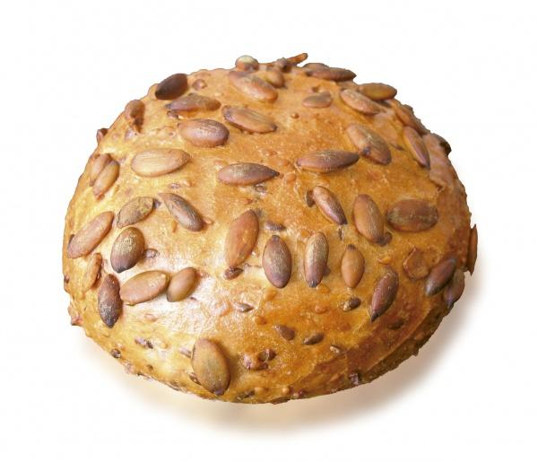 Panecillo triguero, cubierto de pepitas de calabaza. 30% del peso total en semillas de soja, sésamo, lino y pepitas de calabaza. Elaborado con masa madre natural.
