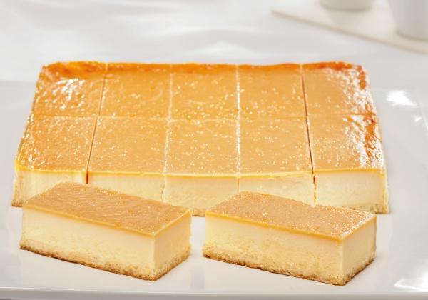 Un delicioso relleno de requesón y crema agria sobre una masa tradicional hecha en base a requesón.