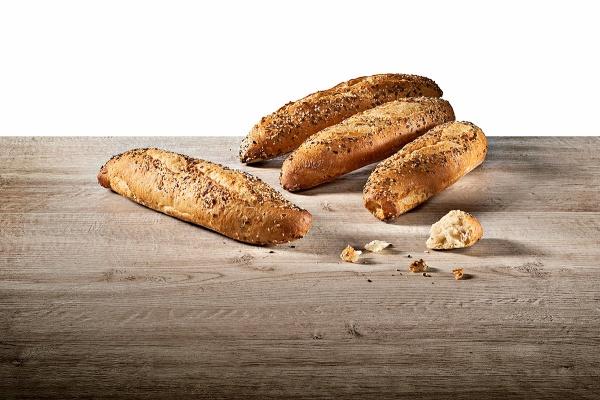 Baguetina elaborada con un proceso de doble fermentación a base de harinas de trigo, trigo malteado y avena integral, con un ligero topping de semillas de lino, girasol y sésamo.