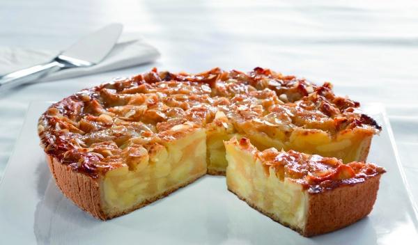 Sabrosos trozos de manzana sobre una base de masa quebrada, cubierta con almendras y un toque de canela, glaseada con gelatina.