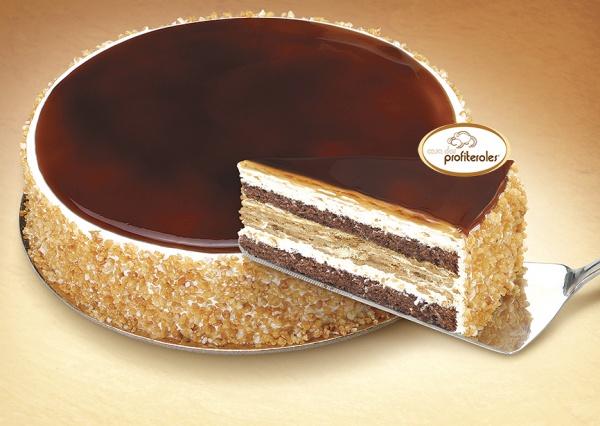 Elaborada con dos capas de bizcocho de chocolate mezcladas con galleta empapada en café y nata. Bañada en fino caramelo y decorado con crocant de arroz.