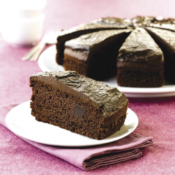 Jugoso bizcocho de chocolate, recubierto con chocolate liquido. Un placer para los amantes del chocolate.