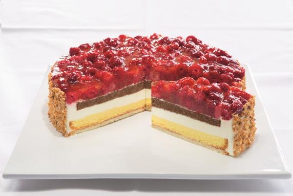 Compuesta por un bizcocho con queso fresco y nata y otro de chocolate cubierto por frambuesas. Bordes recubiertos por granillos de almendra.