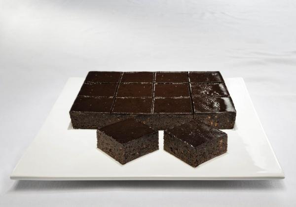 Típico Brownie de chocolate de toda la vida con nibs de cacao y cobertura de cacao
