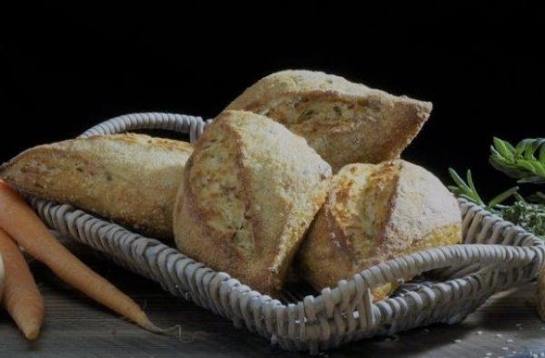 Delicioso panecillo de masa madre con chia, quinoa, zanahoria, cúrcuma, hierbas aromáticas y semillas.