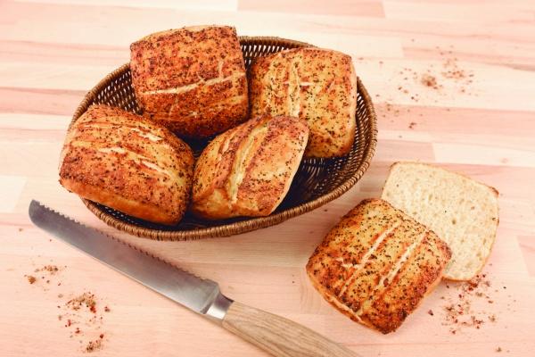 Novedoso panecillo blanco de corte cuadrado espolvoreado con sal y pimienta, una delicia en el paladar.