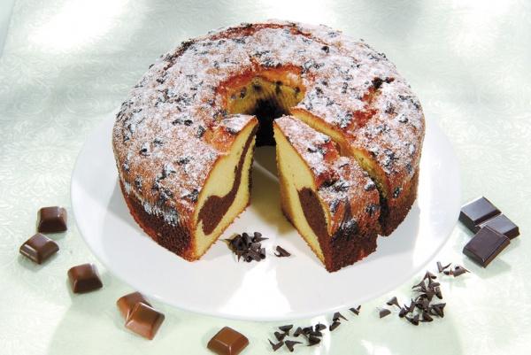 """Tarta clásica """"Marmor"""" elaborada con una esponjosa masa mármol. Decorada con azúcar glass y virutas de chocolate. Apetecible a cualquier hora."""