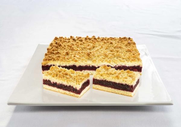 Plancha de cerezas aromáticas, con queso cuajado y cobertura crujiente de grumos de mantequilla