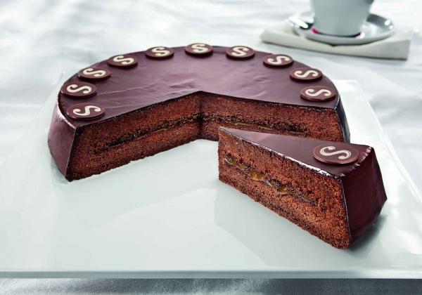 La composición clásica de bizcocho de cacao con confitura de albaricoque, cubierto de chocolate.