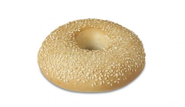 Panecillo de harina de trigo y centeno característico por su peculiar forma con un agujero en el centro. Precocido, con semillas de sésamo, su gusto es incomparable.