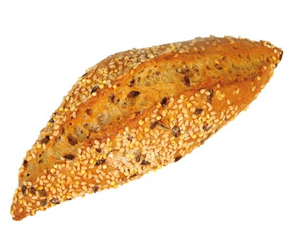 Barrita muy alveolada, de miga oscura, gran aroma y cereales dentro y en la crujiente corteza. Masa madre de centeno y doble fermentación.