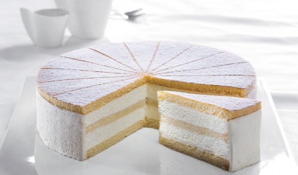 Delicioso queso fresco y nata, con un toque de yogur, entre un esponjoso bizcocho. Decorado con azúcar glass.