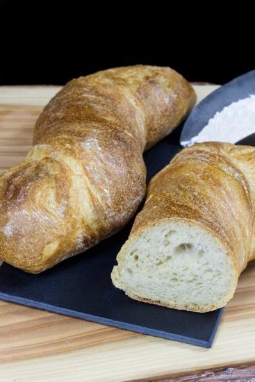 Pan rústico que destaca por su miga vaporosa, un sabroso aroma y su larga frescura.