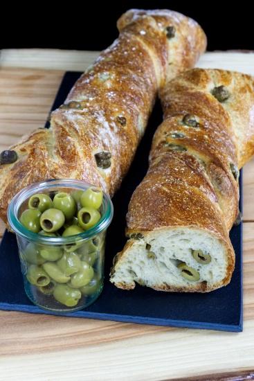 Pan mediterráneo con sabrosas aceitunas verdes, un placer para cualquier paladar.