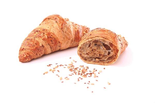 Croissant con un 19% de mantequilla, harina de trigo integral, decorado con semillas de linaza, girasol y copos de avena.