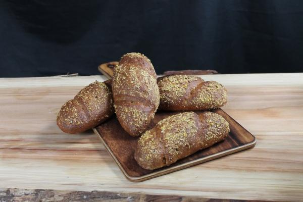 Delicioso panecillo de harina de espelta integral con queso quark, semillas de espelta reventada y espolvoreado con semillas de lino dorado.