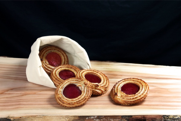 Deliciosa galleta de masa quebrada con escudillado de mazapán y mermelada de frutos rojos. Una galleta para los más golosos.