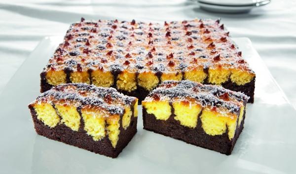 Jugosa masa tierna con chocolate y coco. Decorada con copos de coco y glaseada con gelatina neutra. ¡Un placer para el gourmet!