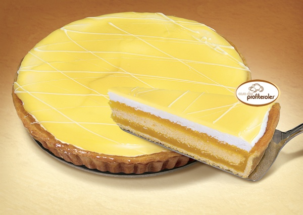 Una masa quebrada rellena de crema al puro estilo  Lemon curd, con un bizcocho con nata y gelatina de limón. Decorada con chocolate blanco.