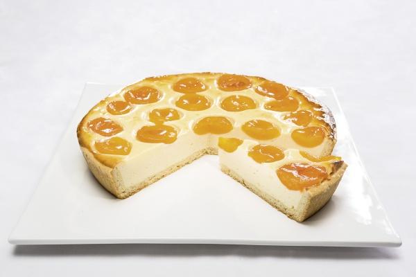 Clásica tarta de requesón y crema agria, con una capa abundante de medios albaricoques, glaseada con gelatina neutra.