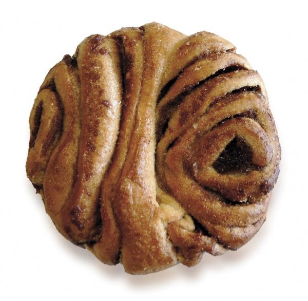 Tipico pastel del norte de Alemania de pastelería danesa, espolvoreado azúcar y canela.