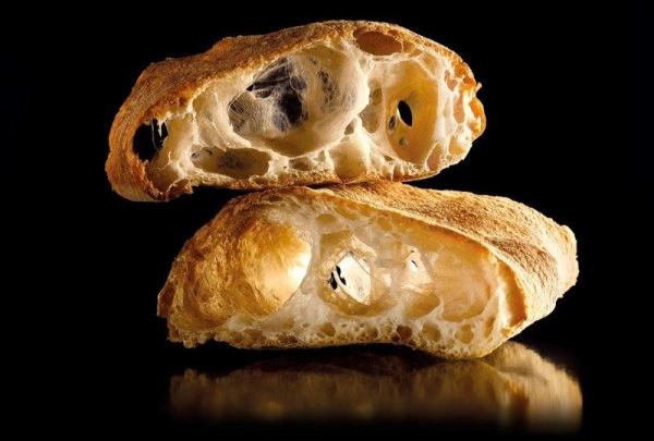 Pan de corteza muy fina y crujiente, miga muy ligera y poco densa, casi inexistente, alveolos de gran tamaño y sabor neutro y suave.