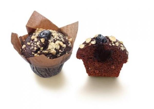 Dos texturas de chocolate son las que puedes encontrar en este muffin. Una masa abizcochada con chocolate, relleno de chocolate líquido y decorado con trocitos de crumble.