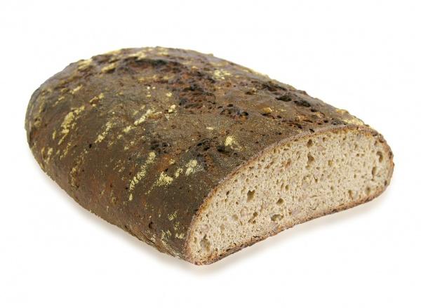 Sabroso y aromático pan de centeno con granos de espelta enteros, elaborado con masa madre natural. Se mantiene fresco largo tiempo.