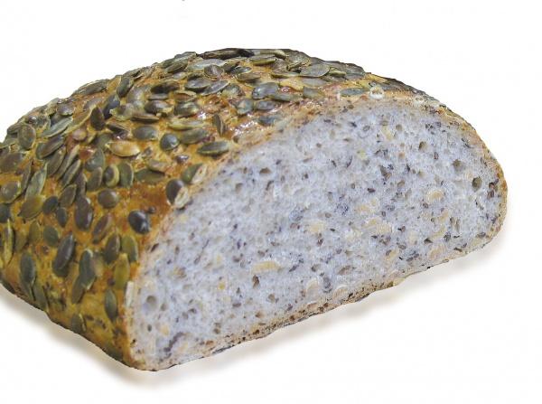 Su cuerpo de trigo mezclado está cubierto de pepitas de calabaza y un 30% en peso de semillas de soja, sésamo y linaza.