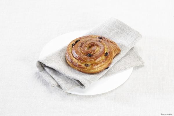 Apetecible caracola elaborada con harina de trigo, crema pastelera y enriquecida con pasas y nueces.
